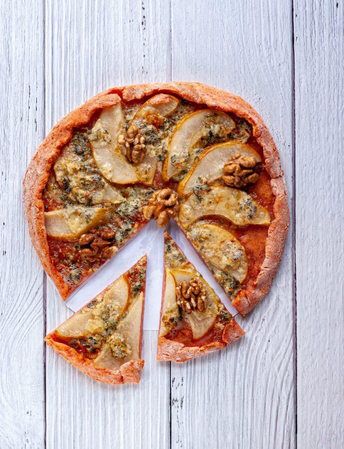 Творожная пицца с грушей и сыром Горгонзола